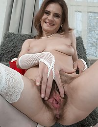 Pique Dame hairy milf pussy squatting